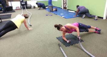 Personal Trainer workout in rockland county gym, Eva doing battle rope core conditioning
